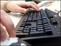 Una persona trabaja en el teclado de su computadora