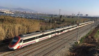 Un tren afectat per l'avaria entre el Prat i Gavà (Pere Bosch)