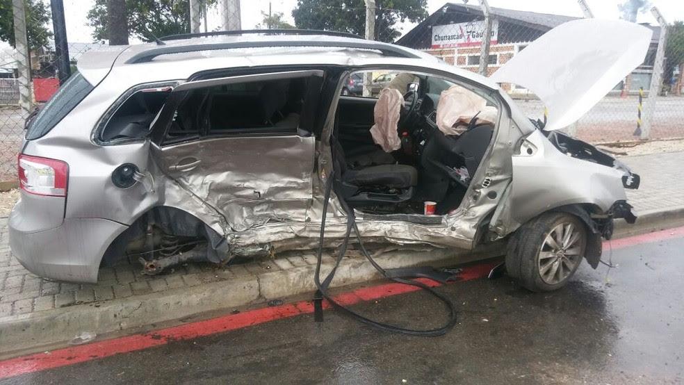Carro envolvido na batida em Pinhais, onde o passageiro de um dos carros morreu (Foto: PRE/Divulgação)