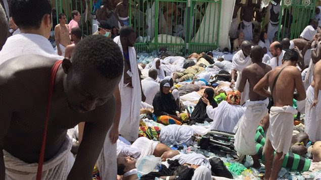 Des pèlerins se réunissent autour des victimes de la bousculade qui a fait 450 morts à Mina près de La Mecque, en Arabie saoudite.