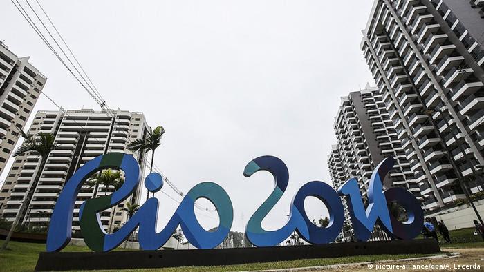 Логотип Рио-2016 на фоне Олимпийской деревни