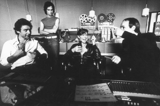 """Desde la izquierda (sentados), Robert Fripp, Bowie y Brian Eno, durante la grabación de """"Heroes"""" en Berlín. 1977"""