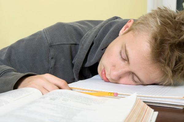 bangun tidur, tidur nyenyak, gambar orang tidur, foto tak sadarkan diri, ketiduran di sofa