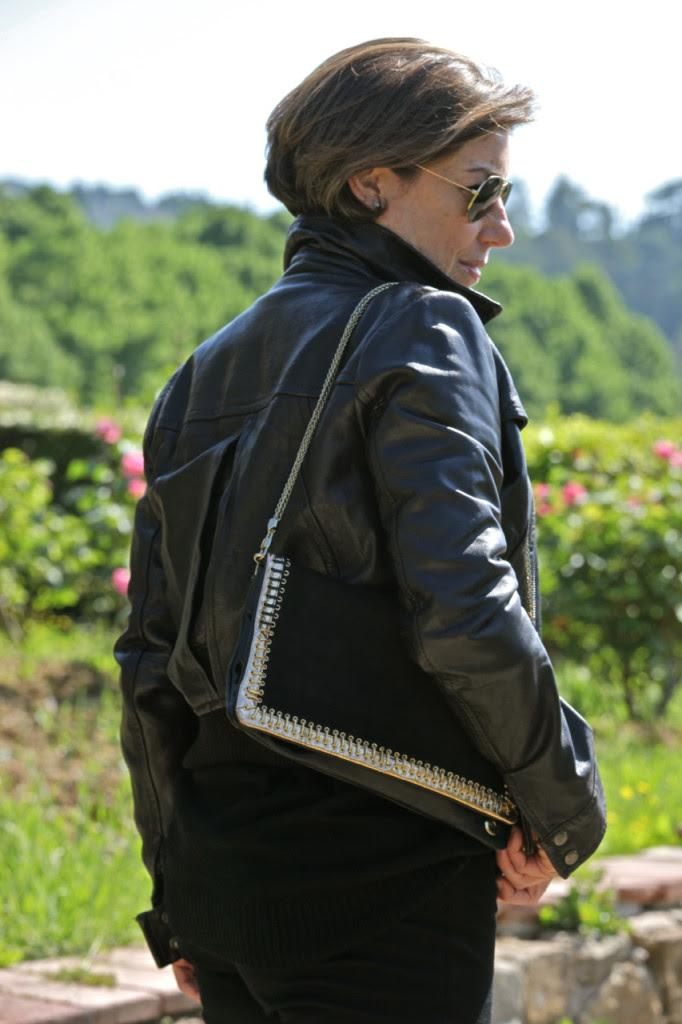 A bolsa curta e com a costura aparente dourada, também da Arezzo, achei que combinou com o look.