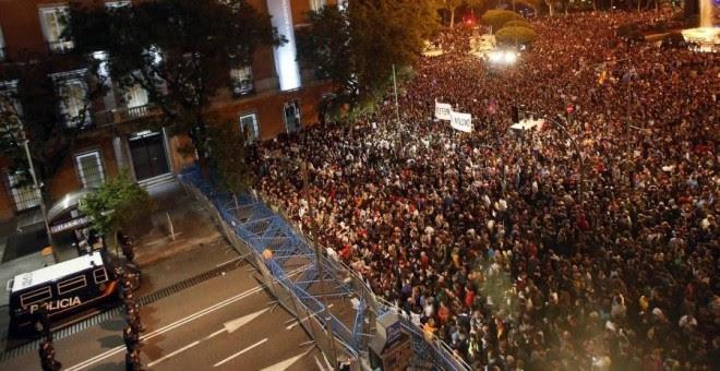 Miles de manifestantes frente al Congreso de los Diputados durante una de las protestas de Rodea el Congreso en 2012.-REUTERS