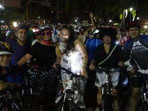 Ciclistas se divertem em prévia carnavalesca na cidade de Maceió (Foto: Pedro Mesquita/G1)