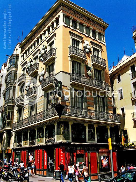 Fotografía de la excéntrica Casa de los Paraguas, de Las Ramblas de Barcelona esquina con la plaza de la Boquería,
