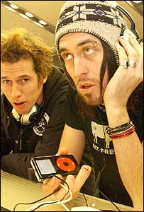 Image of people listening to audio (Image: Vismedia)