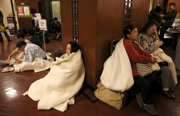 Hóspedes desceram para o lobby de hotel na região de Kumamoto após novo tremor no Japão (Foto: Kyodo/Reuters)