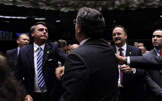 Bolsonaro e Zaratini trocam empurrões e batem boca no plenário da Câmara