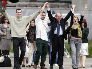 Marie Jeanne Ion, Sorin Mişcoci şi Ovidiu Ohanesian au fost răpiţi în 28 martie 2005 și au fost ţinuţi ostatici 55 de zile în Irak. Jurnaliştii români au fost eliberați în 22 mai (Imagine: Mediafax Foto)
