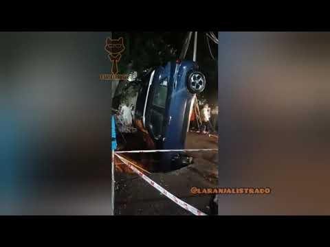 Chão abre e carro é engolido por cratera ao parar