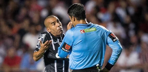 Emerson já cumpriu uma partida de punição. Se o Corinthians avançar às quartas, atacante ficará fora do jogo de ida