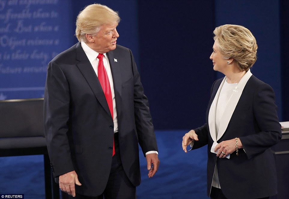 candidato presidencial republicano Donald Trump e candidato democrata Hillary Clinton falar uns com os outros no final do debate de domingo
