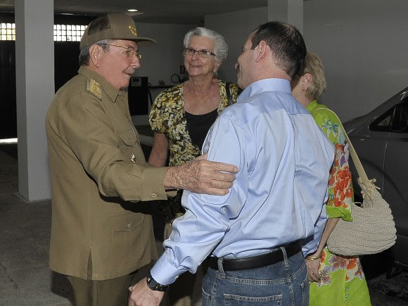 El Héroe de la República de Cuba Fernando González con el General de Ejército Raúl Castro Ruz..Foto: Estudios Revolución