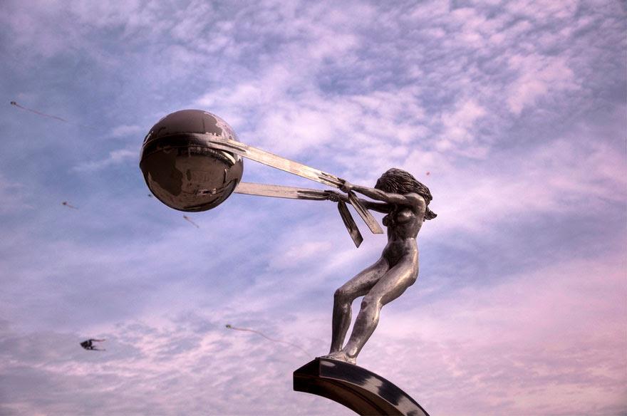 madre-naturaleza-fuerza-escultura-lorenzo-quinn-14