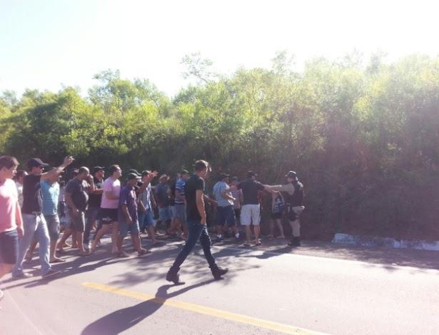 Caminhoneiros discutem com um oficial da Polícia Rodoviária Federal no local onde um outro caminhoneiro matou um colega manifestante, no Rio Grande do Sul