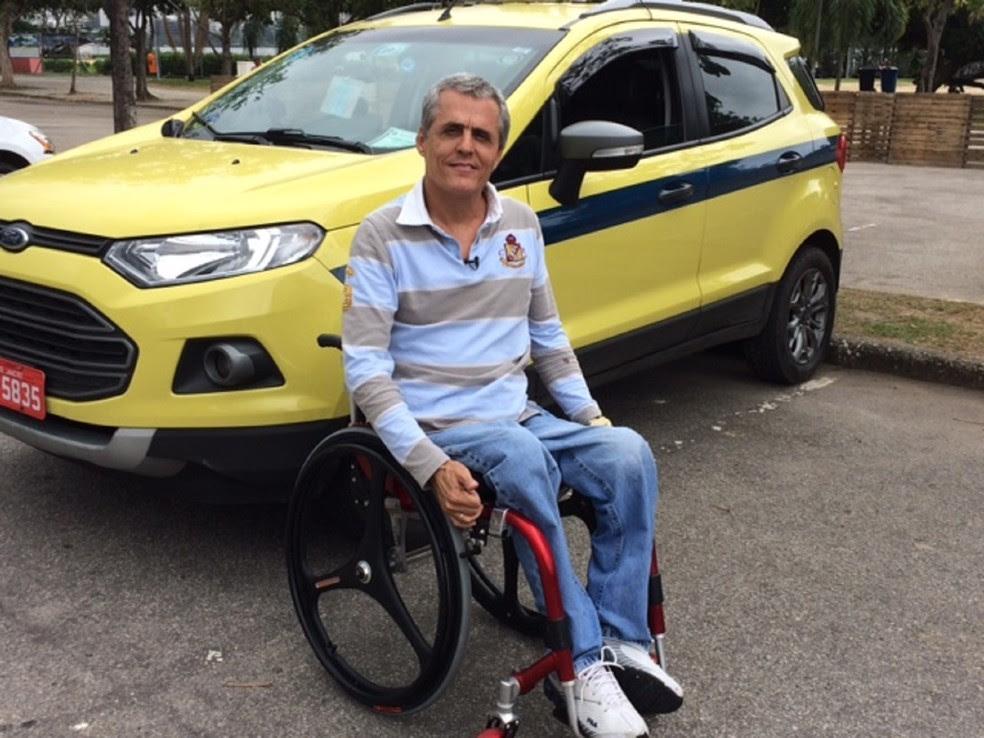 Márcio Santana é motorista de táxi há cinco anos (Foto: Cristina Boeckel/ G1)