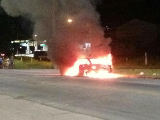 Carro pega fogo na Rio-Santos (Foto: Jucélio Lourenço/Vanguarda Repórter)