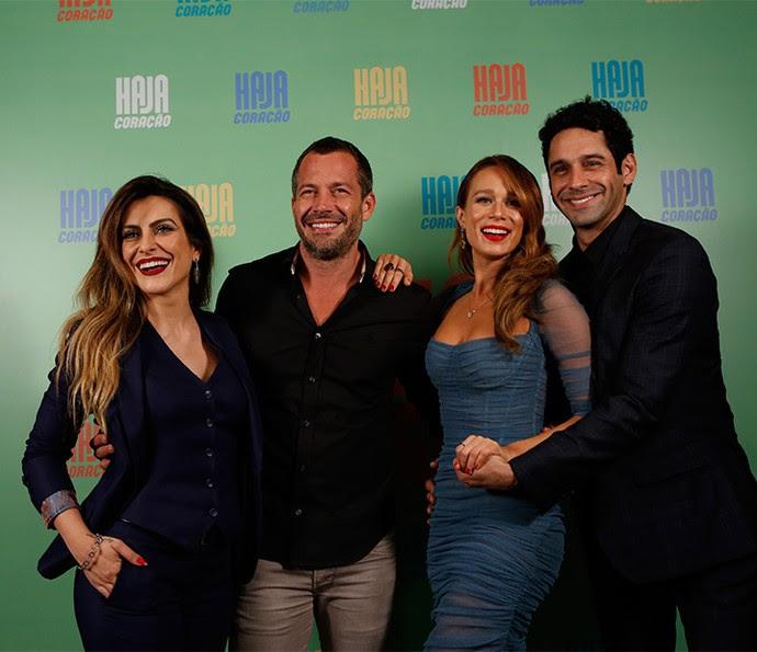 Cleo Pires, Malvino Salvador, Mariana Ximenes e João Baldasserini posam sorridentes na entrada do evento de lançamento da nova novela das 7, 'Haja Coração' (Foto: Ellen Soares/ Gshow)