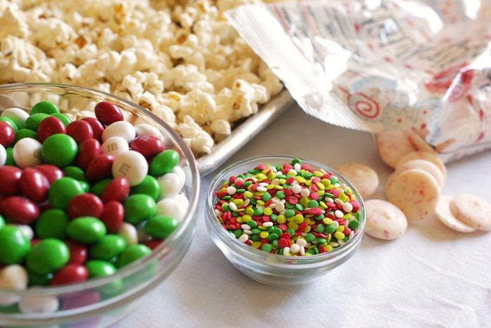 peppermint popcorn crunch : super cute and easy recipe for the holidays