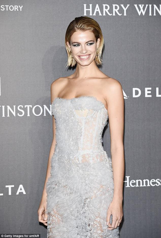 Brilhante: Hailey Clauson mostrou este vestido deslumbrante enquanto continuava roubando o show no tapete vermelho da Semana da Moda de Milão na quinta-feira