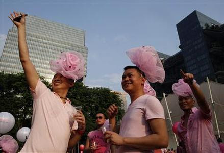 Participants dressed in pink enjoy a picnic before taking part in the forming of a giant pink dot at the Speakers' Corner in Hong Lim Park in Singapore June 29, 2013. REUTERS-Edgar Su