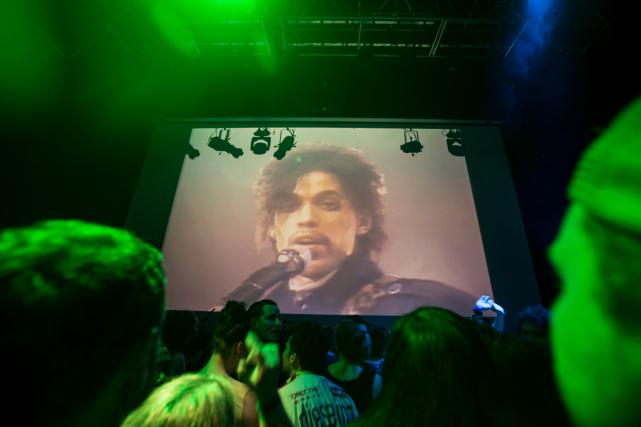 Une foule rend hommage à Prince dans une... (Photo AP)
