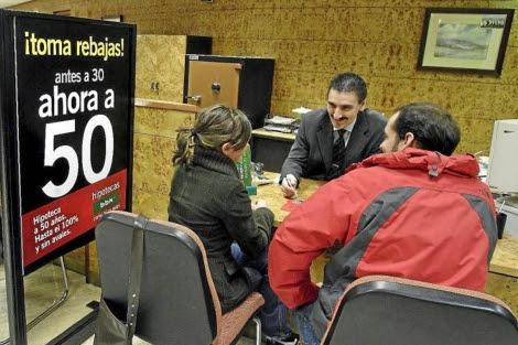 Una pareja pide información sobre una hipoteca en una entidad financiera. | Iñaki Andrés