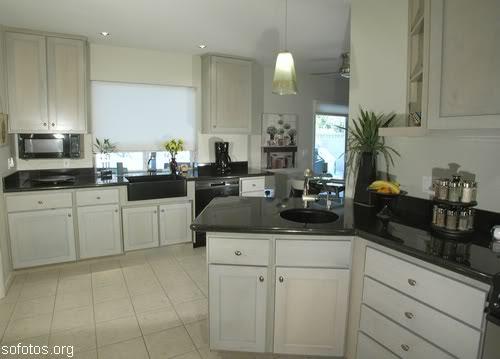 Cozinha planejada branca com granito