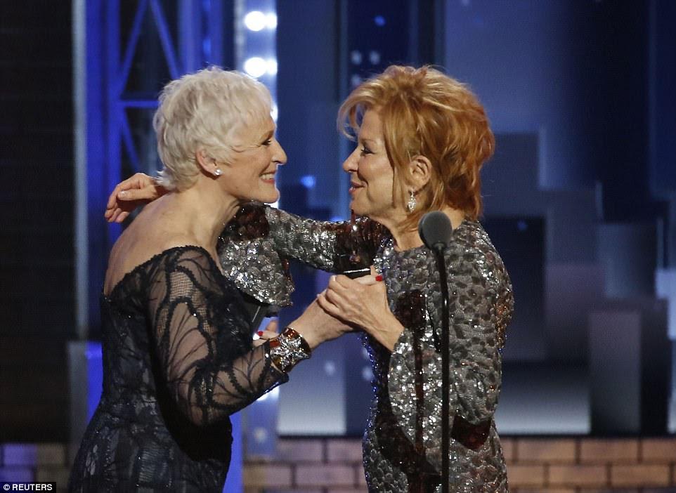 Charmed: quando Glenn Close apresentou a Bette com seu prêmio na noite de domingo, isso significava que as três mulheres que jogaram Dolly Levi na Broadway - Bette, Pearl Bailey e Carol Channing - ganharam Tony Awards por seus problemas