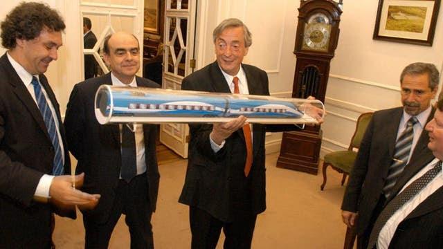 El ex presidente Kirchner, viendo la maqueta del tren bala; a su izquierda, Ricardo Jaime,es ministro de Transporte