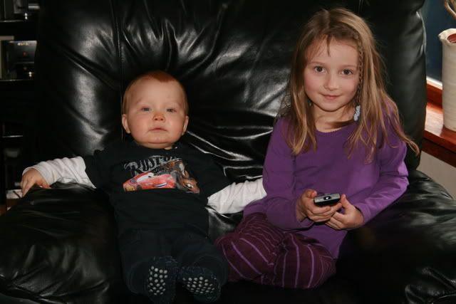 Kevin og Mathilde slapper av i go'stolen!