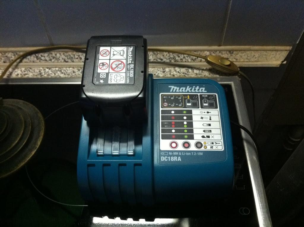 Ladegerät für den neuen Akkuschrauber, eine Ladung dauert nur noch 25 Minuten und nicht mehr Stunden! :-)