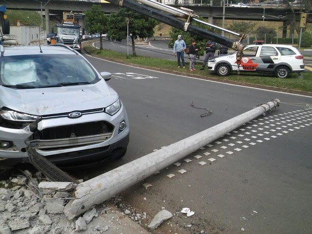 Carro derruba poste na região central de Piracicaba (Foto: Wesley Justino/EPTV)