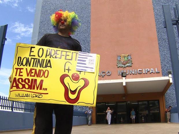 Morador vestido de palhaço faz protesto na frente da Prefeitura de São José dos Campos. (Foto: Reprodução/TV Vanguarda)