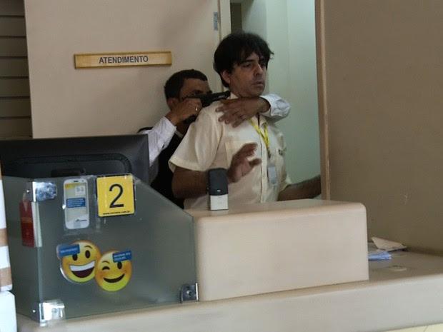 Funcionário dos Correios é mantido refém sob mira de arma após assalto no Ceará (Foto: TV Diário/Reprodução)