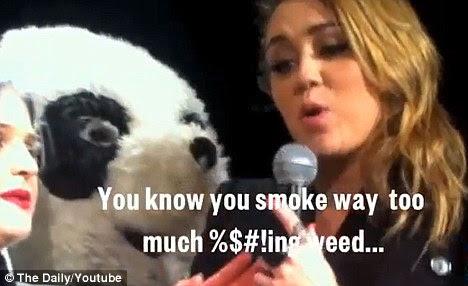 Temáticos dom: Miley foi presenteado com um bolo de Bob Marley por seus amigos e disse que era porque ela fumou 'demais f ** king erva'