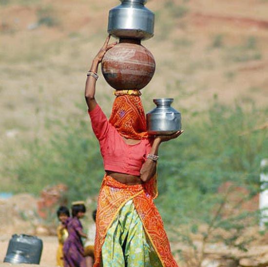 Mulher caminha em média dois quilômetros, para obter água em vila indiana; veja galeria de fotos