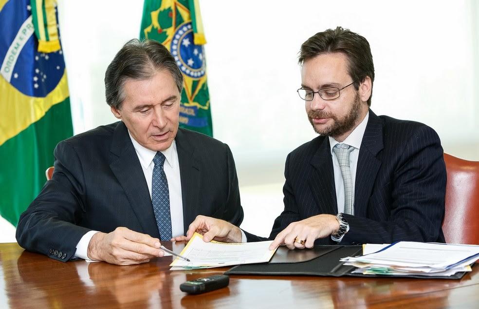 O presidente da República em exercício, senador Eunício Oliveira (esquerda), enquanto despachava do Palácio do Planalto; à direita está Gustavo do Vale Rocha, subchefe de Assuntos Jurídicos da Casa Civil (Foto: Alan Santos/PR)