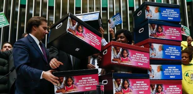 Caixas simbolizando assinaturas contra a PEC do teto de gastos são entregues ao presidente da Câmara, Rodrigo Maia (DEM-RJ)