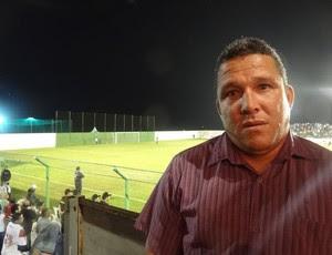 Técnico do Belo Jardim, Givanildo Sales, foi acompanhar o adversário na estreia (Foto: Terni Castro, GLOBOESPORTE.COM)