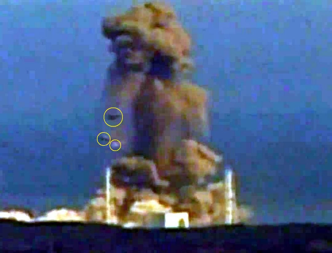 Fig. 13 : Des objets retombent après l'explosion (T + 11 s)