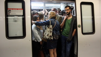 La porta d'un comboi de metro de la línia 5 (ACN)