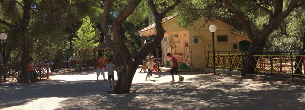 Niños jugando en la plaza del campo