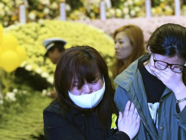Parentes choram em memorial que homenageia as vítimas na cidade de Ansan, onde vivia a maioria das vítimas do naufrágio na Coreia do Sul (Foto: Ahn Young-joon/AP Photo)