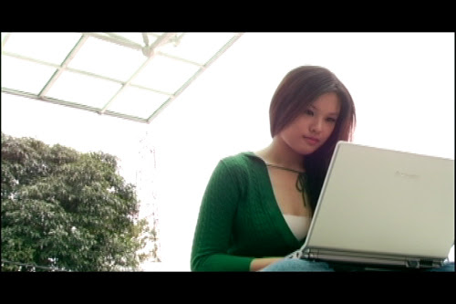 [Fleeting Images] The young woman receives an email.