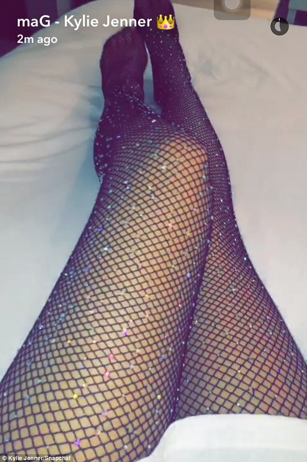 Senhora Leggy: Mais tarde, ela Snapchatted várias imagens de suas pernas vestidas com um par de meias arrastão brilhantes