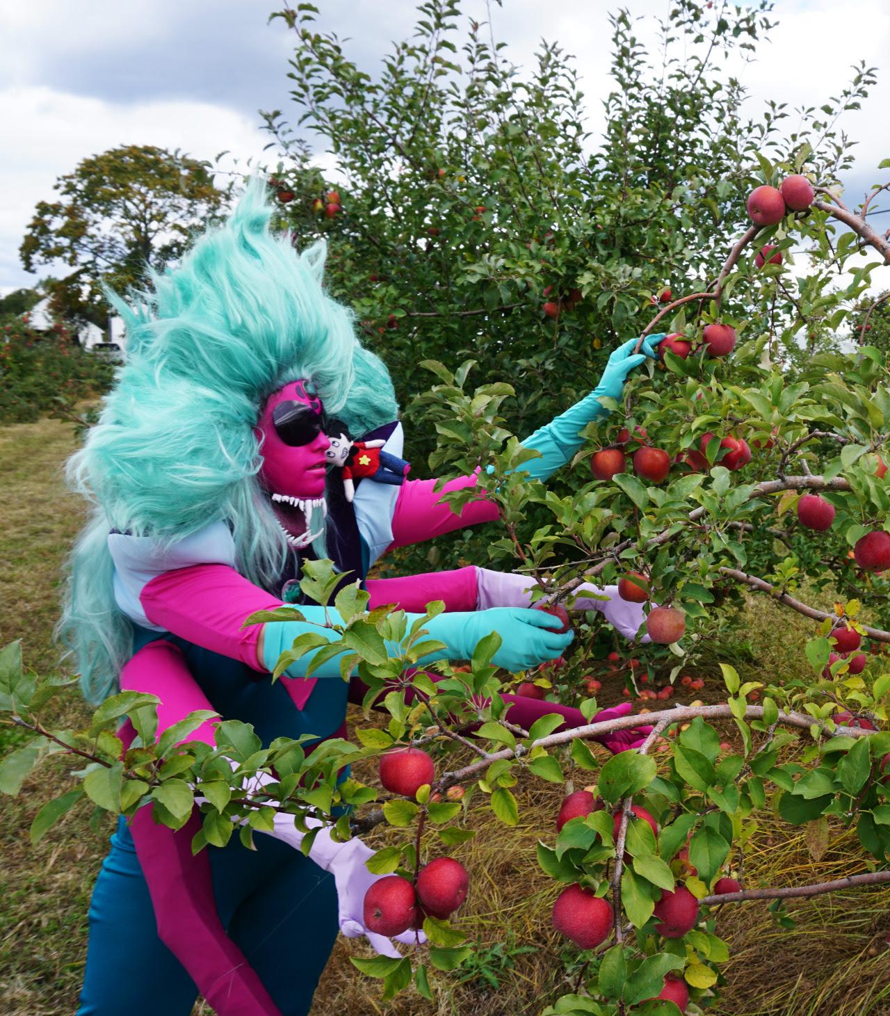 A giant woman! Alexandrite finally got back to work on the apple farm Cosplayer: cosmonautcosplay