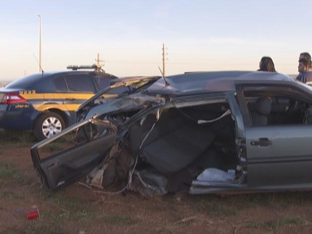 Na BR-070, jovem morreu após carro onde ela estava bater em um  poste (Foto: Reprodução/Tv Globo)